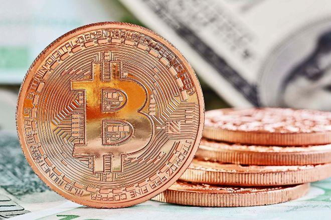 Bitcoins con billetes de fondo