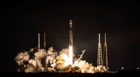 Despegue del cohete Falcon 9 de SpaceX con 60 satélites de Starlink a...