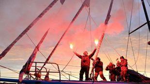 Didac Costa saludando con dos bengalas desde su barco.