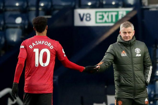 El jugador del Manchester United Marcus Rashford (izquierda), saluda al entrenador del equipo, Ole Gunnar Solskjaer (derecha), durante un partido de la Premier League.