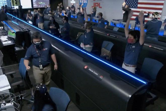 Los empleados de la NASA celebran el aterrizaje de Perseverance en Marte.