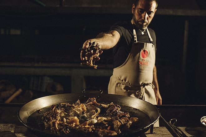 El maestro Rafa Margós, 25 años en el oficio y más de 300.000 paellas a leña, en acción.