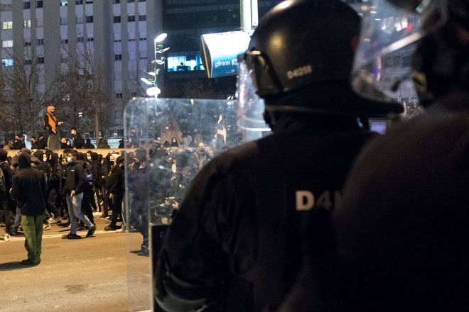 Varias personas participan en una manifestación contra el encarcelamiento del rapero en Girona.