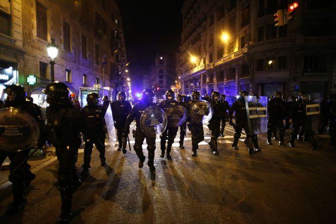 La Policía Nacional tras la manifestación celebrada ayer en Barcelona.