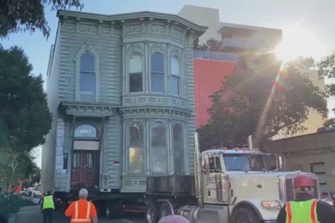 Una casa centenaria se muda de calle en San Francisco