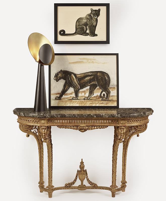 Composición con la consola Luis XVI; una lámpara Helios de Julien Barrault (de 300 a 500 euros) y grabados con la pantera de la firma (150-200 euros cada uno).