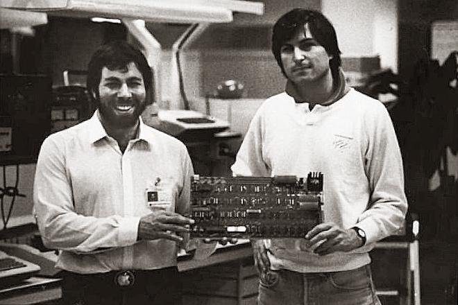 Steve Wozniak y Steve Jobs con su primero Apple I.
