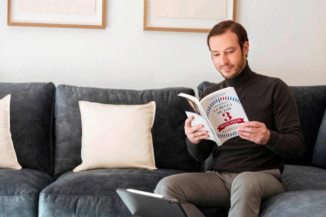 Juan Merodio con su nuevo libro, 'La regla de los 3 segundos. 30 días para convertirse en quien quieres ser' (La Esfera de los Libros).