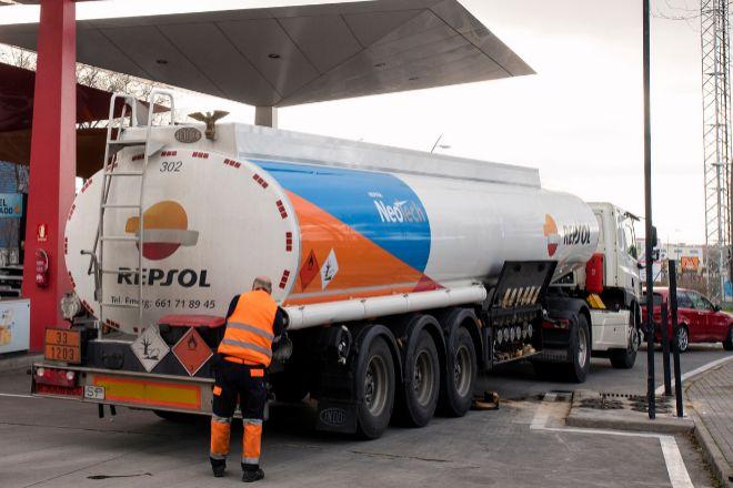 Camión cisterna descargando en una gasolinera de Repsol