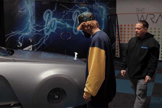 Justin Bieber contempla el coche en el garaje de West Coast Customs.