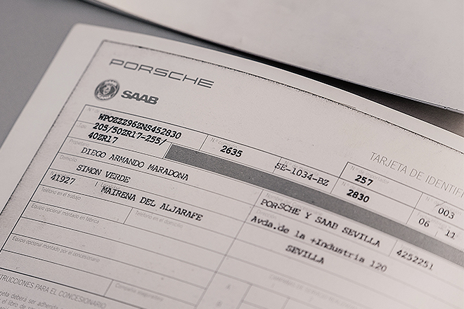 Tarjeta de identificación del vehículo con el nombre de Maradona y del concesionario. Lo compró en noviembre de 1992 y lo vendió en septiembre de 1993 con 7.500 kilómetros.