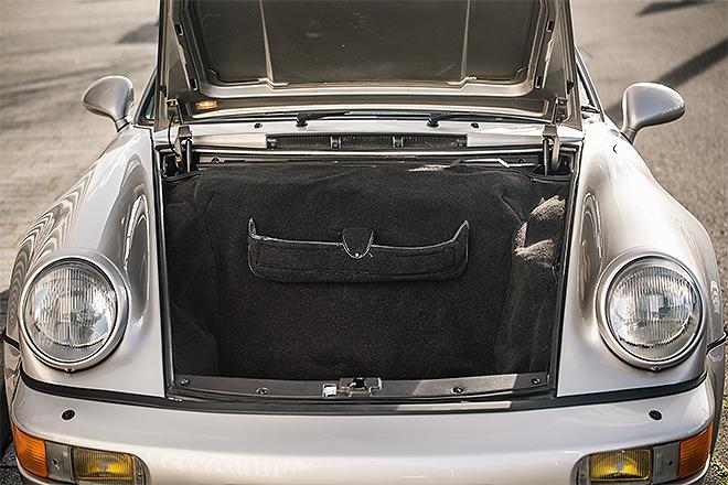 El Porsche 911 Carrera 2 Type 964 WTL con el maletero frontal abierto.