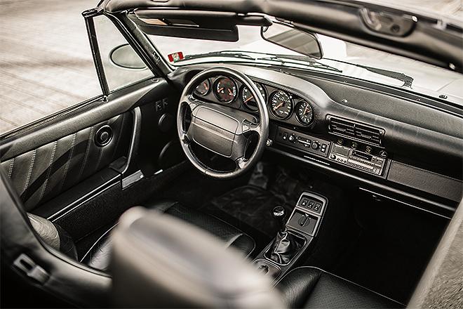 Asiento del conductor, volante y salpicadero del Porsche 911 Carrera 2 Type 964 WTL Cabrio. Se fabricaron 1.200 unidades.