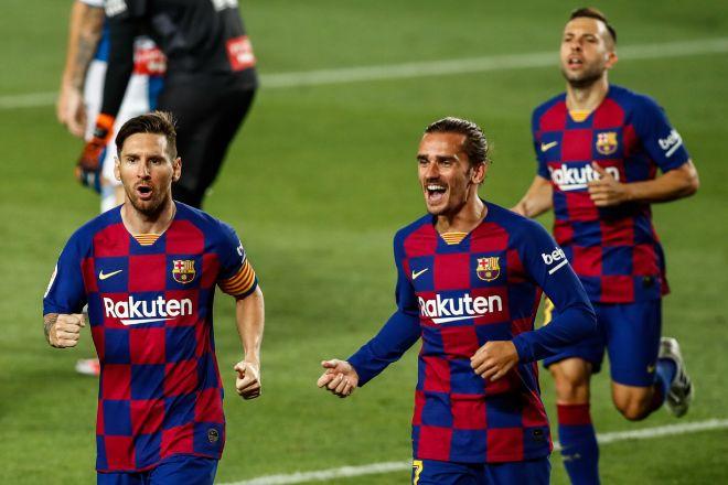 Los futbolistas del FC Barcelona Leo Messi (izquierda), Antoine Griezmann (centro) y Jodri Alba (detrás, a la derecha).