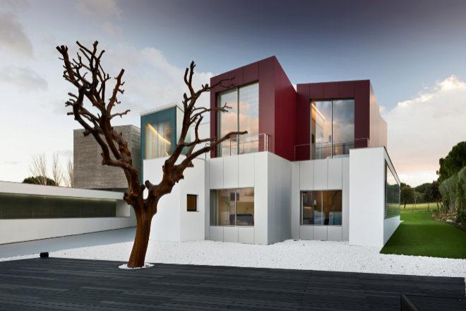 Los materiales escogidos y la distribución de los espacios hacen de esta villa de siete habitaciones ubicada en Ciudalcampo (Madrid) una garantía de bienestar. La propiedad está ubicada en una parcela de unos 4.100 metros cuadrados, junto a un campo de golf, y consta de una superficie de unos 1.600 metros construidos con múltiples 'micro espacios' que se conectan entre sí. Vende Engel & Völkers por <strong>9 millones de euros</strong>.