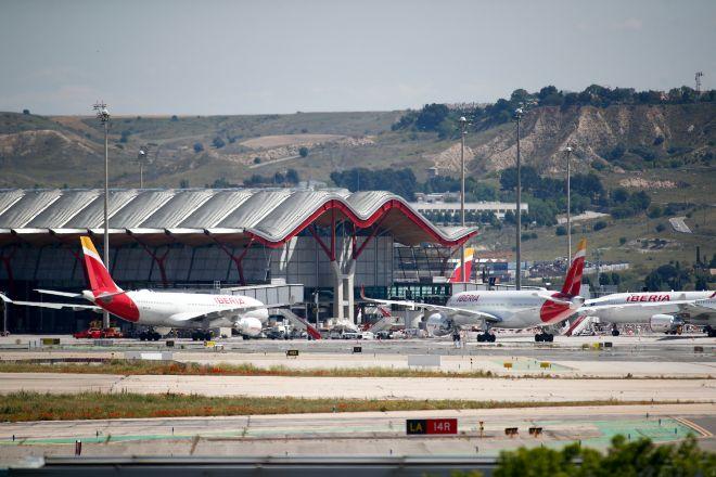 Aviones en la terminal 4 del Aeropuerto de Madrid-Barajas Adolfo Suárez en una imagen de archivo.