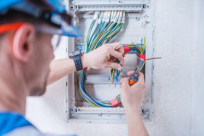 Los titulados en FP de grado medio en electricidad y electrónica están entre los perfiles más demandados por las empresas.