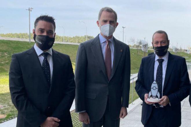 Javier Mira, CEO y cofundador de FacePhi (izquierda), y Salvador Martí, presidente y cofundador de FacePhi (derecha), junto a su majestad el Rey Felipe VI, encargado de entregar el Premio Pyme del Año 2020.