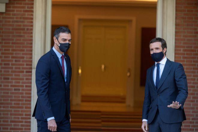 El presidente del Gobierno, Pedro Sánchez (i) y el presidente del PP, Pablo Casado.