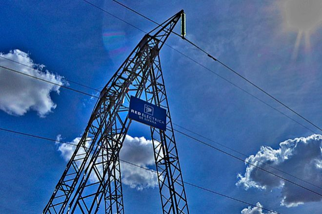 REE gestiona la alta tensión eléctrica en España, pero también tiene un área de telecomunicaciones.