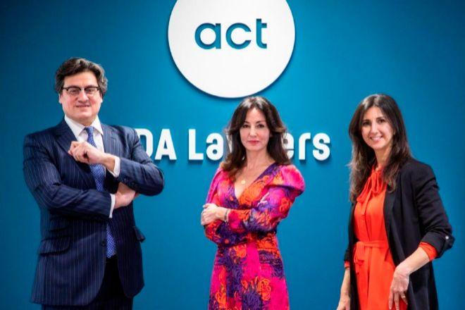 Ivo Portabales, socio director de DA Lawyers; Rosalía Ortega, socia y directora del área de derecho deportivo; y Helena Suárez, socia responsable de propiedad intelectual.