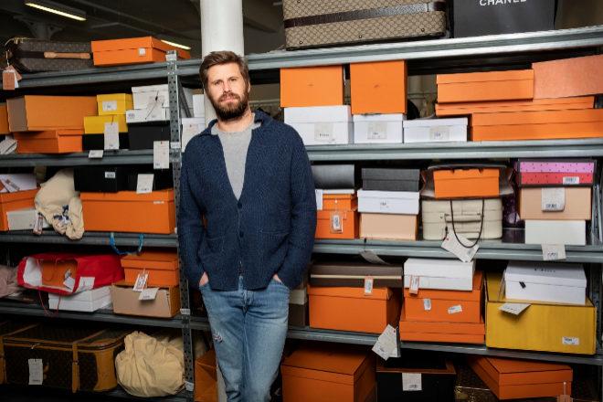 Max Bittner, CEO de Vestiaire Collective, en el centro de distribución que tiene la firma en Tourcoing, al norte de Francia.