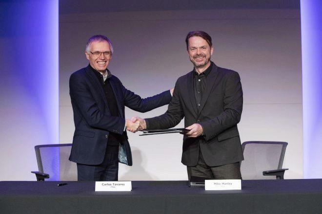 Carlos Tavares ( PSA); y Mike Manley (Fiat) sellaron la fusión de ambos grupos automovilísticos en diciembre.