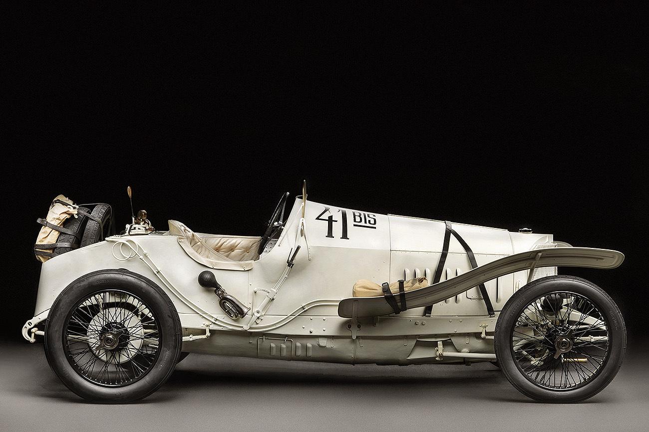 Construido para la competición, su motor de 4.483 cc y 115 caballos...