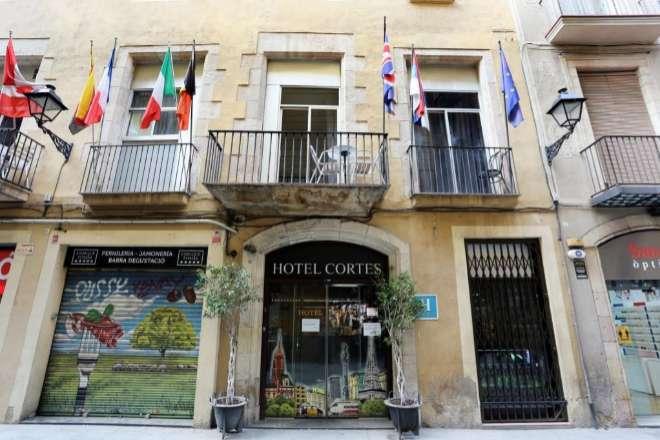 El Hotel Cortés se encuentra en el número 25 de la calle Santa Anna.