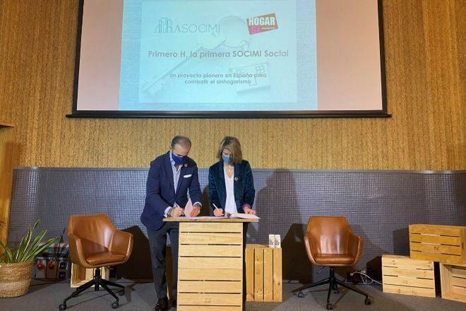 Javier Basagoiti, presidente de Asocimi, y Marian Juste, presidenta del patronato de Fundación Hogar Sí, en la firma del pacto fundacional.