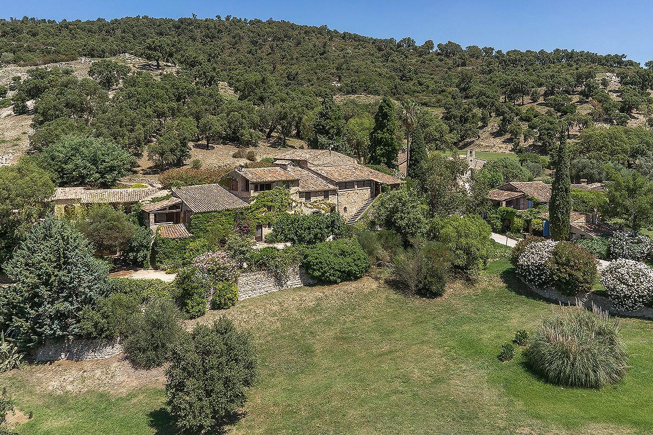 La finca era una aldea provenzal surgida en el siglo XIX. Se ubica en...
