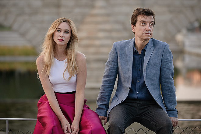 La actriz Marta Hazas y Javier Veiga, en un fotograma de su serie para Amazon Prime.