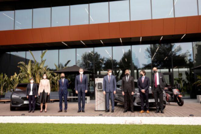 El rey Felipe VI y el presidente del Gobierno, Pedro Sánchez, en el centro de la foto, esta mañana durante su visita a la planta de Seat, en Martorell (Barcelona). La Generalitat ha desistido de enviar a ningún representante.