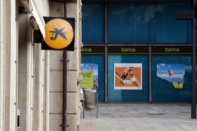 Oficinas de CaixaBank y de Bankia en una calle de Hospitalet de Llobregat.