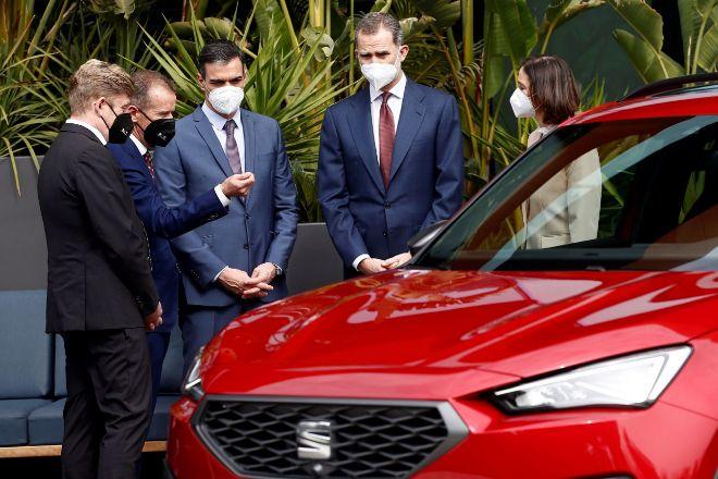 El rey Felipe VI junto al presidente del Gobierno, Pedro Sánchez (3i), el presidente del Grupo Volkswagen, Herbert Diess (2i); el presidente de SEAT y CUPRA, Wayne Griffiths (i), y la ministra de Industria, Reyes Maroto (d), durante la visita que realizaron este viernes a la fábrica de SEAT en Martorell (Barcelona) con motivo del 70 Aniversario de la compañía automovilística.