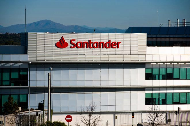 Santander ahorra 2.000 millones en el pago de pensiones a sus jubilados