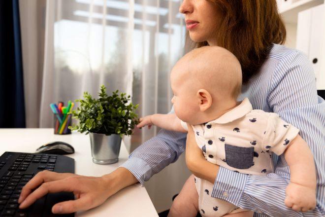 """""""Estoy cerca de dejar mi carrera"""": las madres dan un paso atrás en la pandemia"""