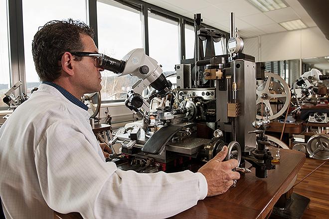 Un trabajador de la manufactura suiza Breguet observa el funcionamiento de un mecanismo.