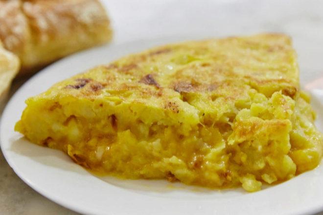 La emblemática tortilla de Casa Dani, de notoria fama. Su secreto está en los ingredientes: patata agria manchega, aceite de girasol y cebolla.