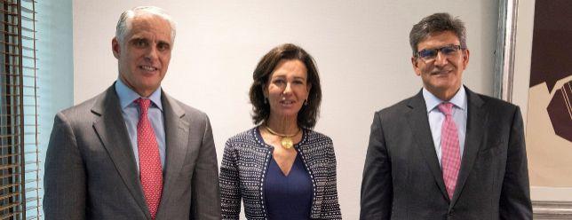 Ana Botín, junto a Andrea Orcel (izq.) y José Antonio Álvarez (dcha.), el día que el banco anunció el nombramiento del banquero italiano en septiembre de 2018.