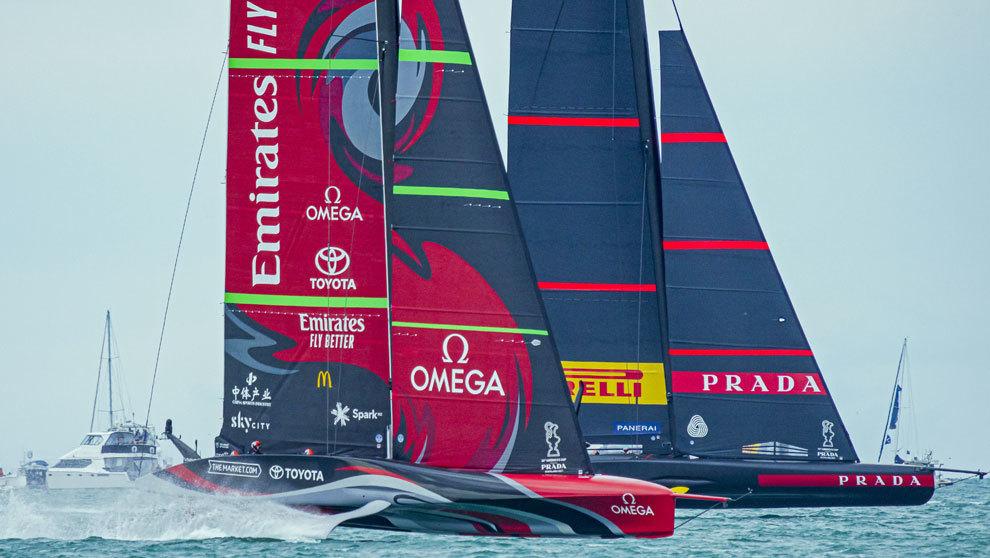 Las embarcaciones Emirates Team New Zealand (en primer plano) y Luna...