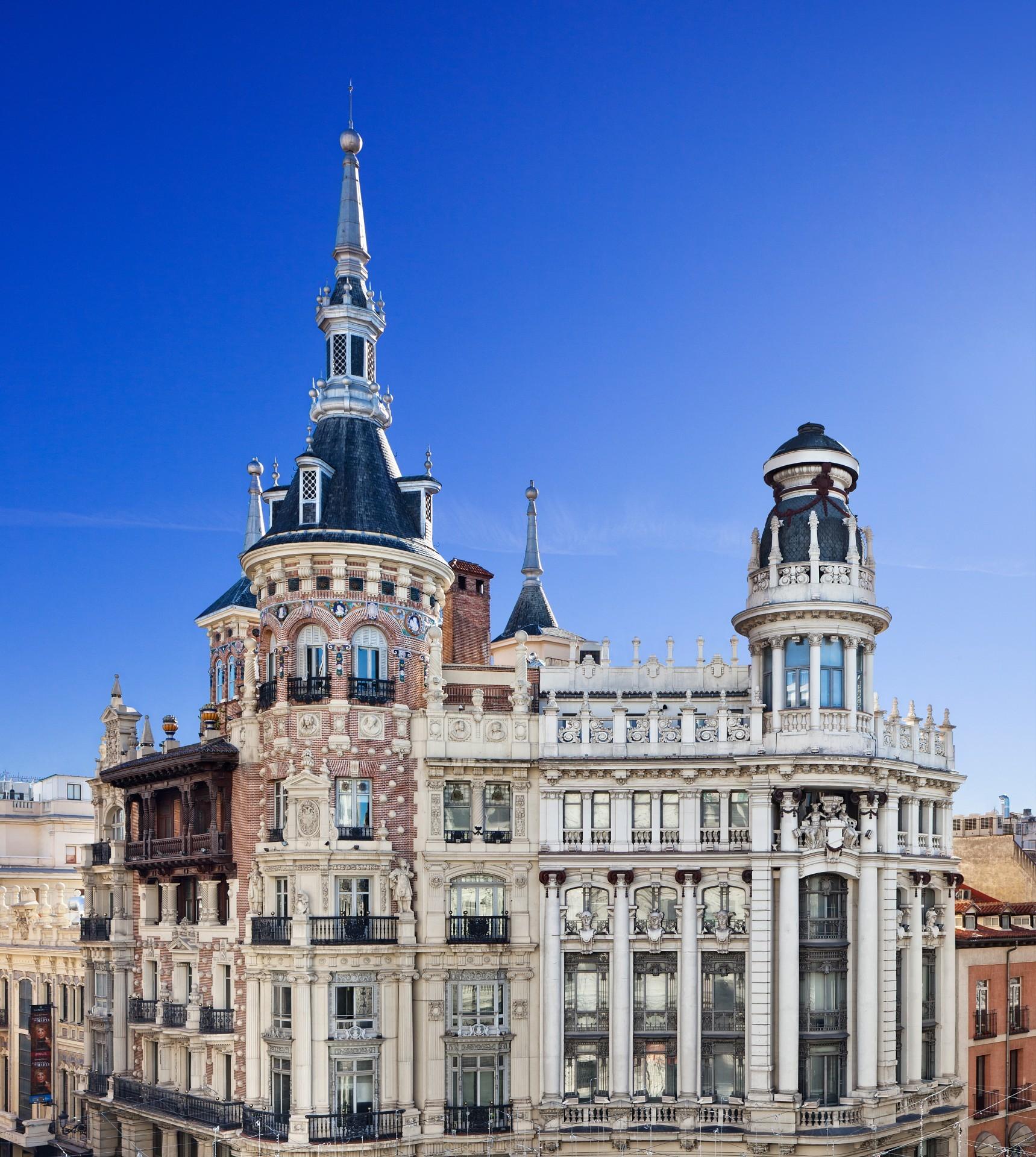 La <strong>Casa de Tomás Allende</strong>, un empresario promotor inmobiliario y político bilbaíno, es la próxima localización de Casa Decor (del 13 de mayo al 27 de junio). Construida entre 1916 y 1920, es una muestra de estilo arquitectónico regionalista, ideada por el arquitecto cántabro Leonardo Rucabado. Destaca por su impresionante torreón, que 'controla' la <strong>Plaza de Canalejas</strong>, y por su fachada minuciosamente ornamentada, con un escudo imperial, columnas jónicas estriadas y adorno de guirnaldas, cenefas, medallones y pináculos de piedra labrada...