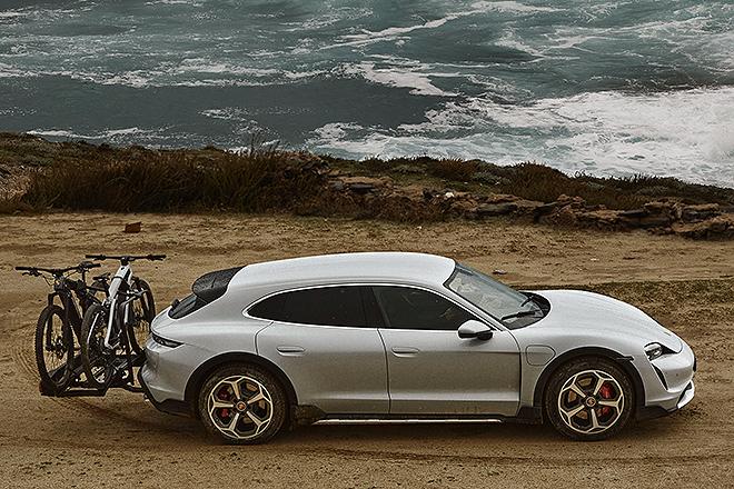 Vista lateral del Taycan Cross. Junto con el coche, Porsche ha presentado dos modelos de bicicleta eléctrica.