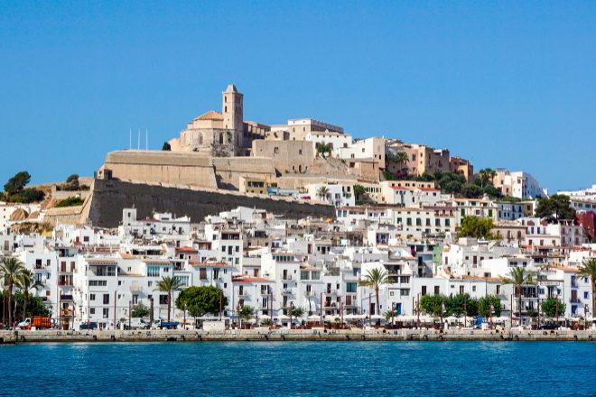 <strong>El 'mapa' de la ciudad de Ibiza para reposicionar el destino.</strong> Hace unos días, la ciudad de Ibiza presentaba su plan estratégico para los tres próximos años (hasta finales de 2023) basado en siete ejes principales: la sostenibilidad, la idiosincrasia propia, el equilibrio habitante/visitante, la innovación y digitalización, la profesionalización, la desestacionalización y la diversificación de orígenes y perfiles de clientes. ¿El objetivo? Reposicionar el destino y no masificarlo.