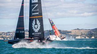 El AC75 kiwi clava su proa en el agua ante la presencia del barco...