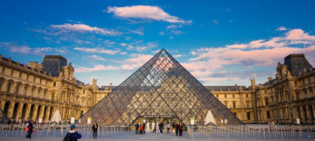 Situado entre los jardines de las Tullerías y la iglesia de Saint-Germain-l'Auxerrois de París, el Palacio del Louvre fue la residencia de la corona francesa desde el periodo medieval hasta que Luis XIV trasladó la sede real a Versalles a finales del XVII. Con la Revolución Francesa y la abolición de la monarquía, pasó a ser el Museo del Louvre. La construcción ocupa una parcela de 210.000 metros cuadrados. Si el precio medio de esta zona es de 13.000 euros el metro cuadrado, rondaría los <strong>2.600 millones de euros</strong>, con una hipoteca mensual de 9,1 millones de euros. Esta cantidad no incluye ninguna de las joyas de incalculable valor de su interior, como 'La Mona Lisa'.