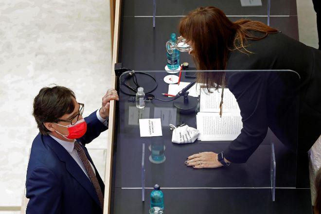La nueva presidenta del Parlament, Laura Borràs (d), y el líder del PSC, Salvador Illa.