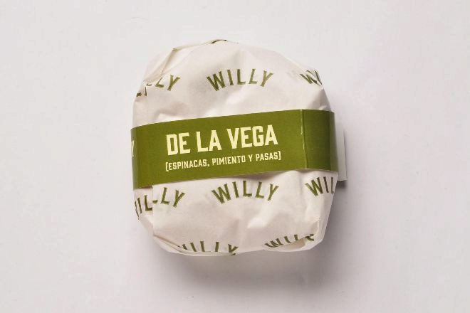 Willy De La Vega (de espinacas, pimiento verde, pasas y soja), con su envoltorio.