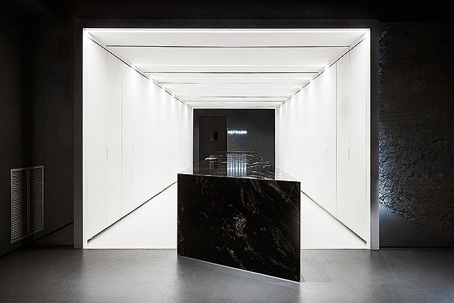 Aula de formación de la Escuela de Hostelería y Pastelería Hofmann, con una gran mesa central de trabajo en mármol negro.