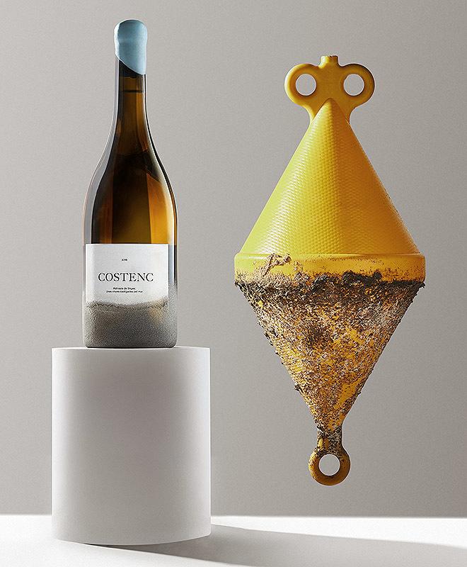Botella de vino Costenc, que plasma el castigo del salitre que sufren los viñedos de uva autóctona en vías de recuperación, sometiendo cada una de ellas a un tratamiento de arena en la parte inferior del vidrio y la etiqueta.